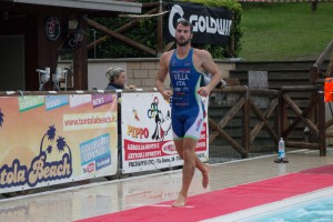 Villa Matteo all'uscita dall'acqua al triathlon di Tontola