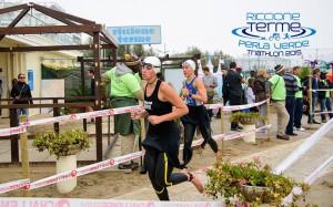 Francesca Benzi all'uscita dall'acqua dei Campionati italiani triathlon sprint